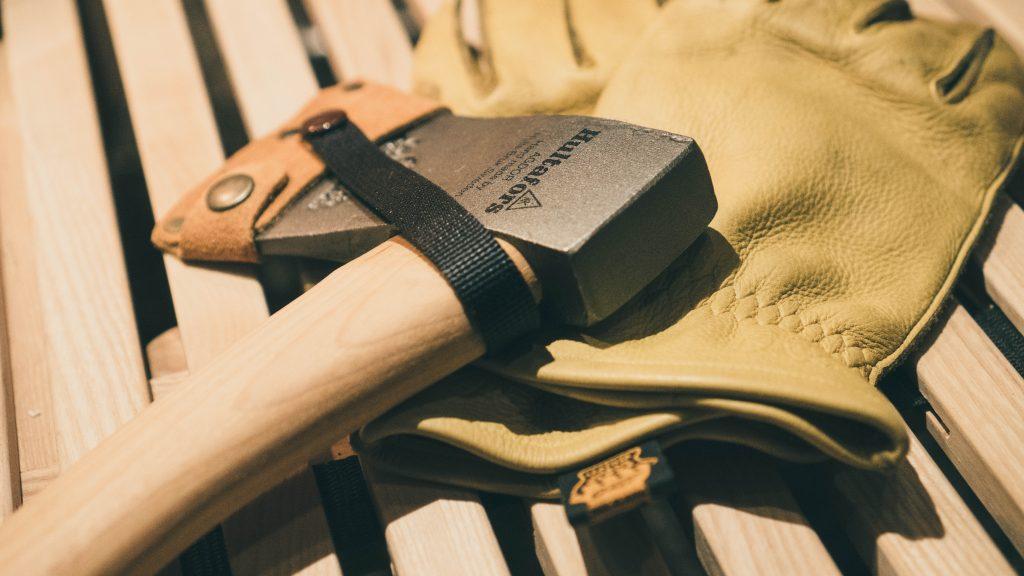 ハルタフォースの手斧とグリップスワニーのグローブ