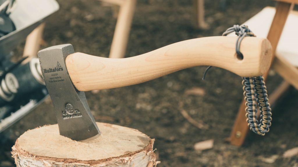 手斧にパラコードストラップ