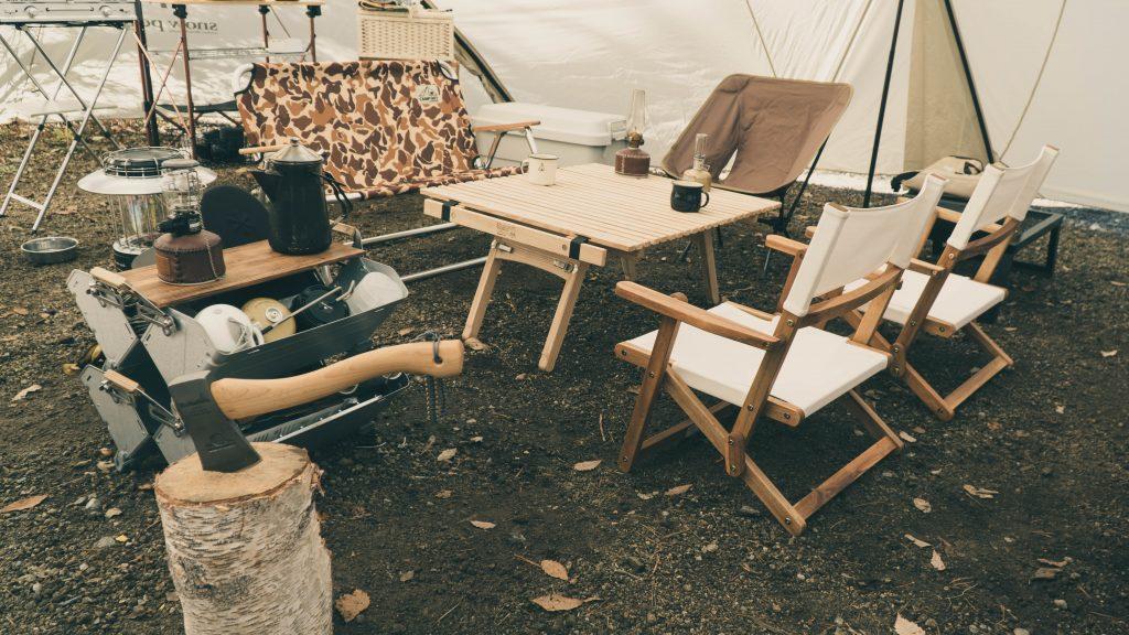 キャンプのテーブルとチェア
